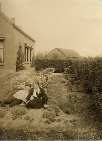 Jan en Jo in de tuin van opa