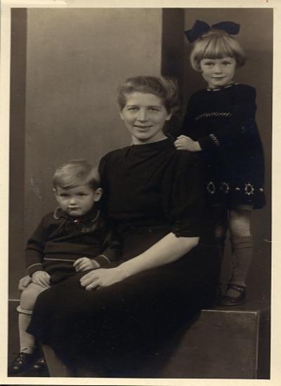 Jo met de twee oudste kinderern Anneminke en Piet
